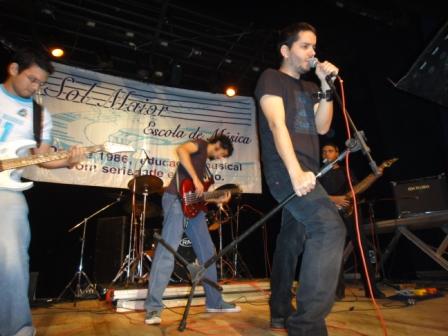 A banda em ação no palco.